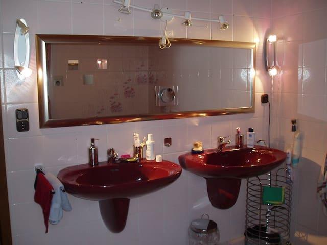 Möbliertes Zimmer nahe München 20 min mit dem Zug - Mering - Apartamento