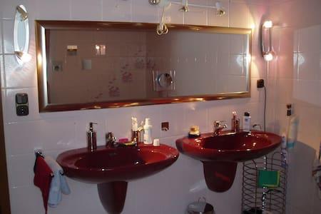 Möbliertes Zimmer nahe München 20 min mit dem Zug - Mering - Квартира