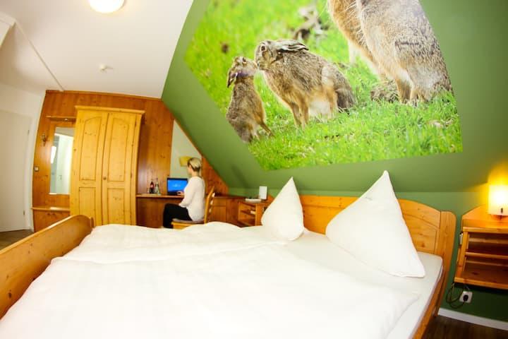Landhotel Jagdschloss (Windelsbach), Zimmer 24 - Hase mit Hof- und Waldblick
