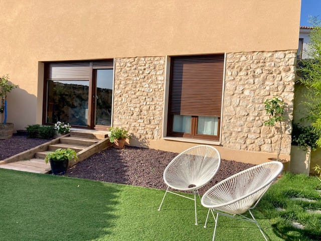 Una casa con piscina y jardín