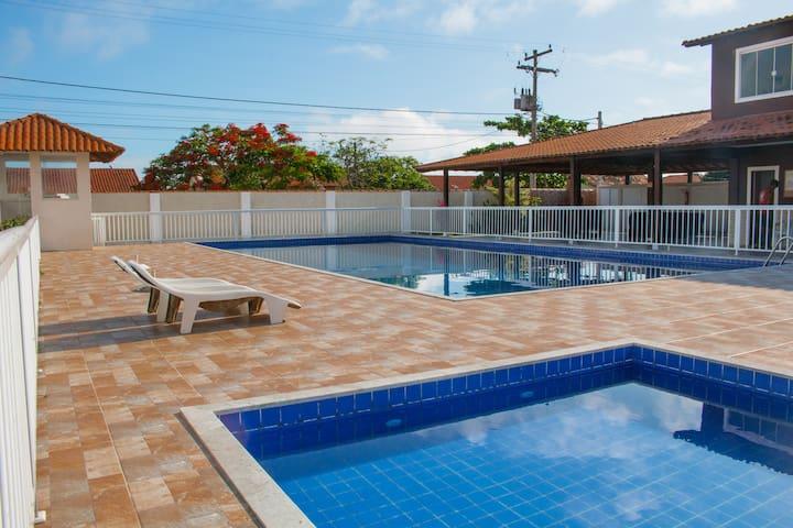 Casa de Condomínio com Piscina e Churrasqueira.