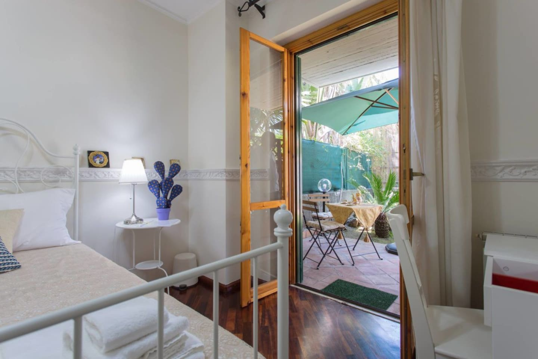 Camera con vista giardino