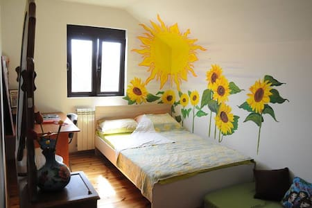 Sunflower bedroom + free bikes - Cetinje