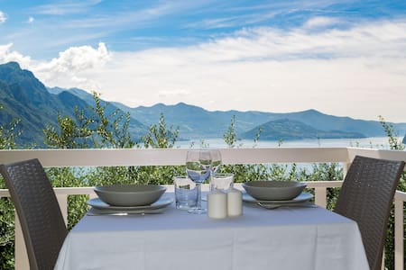 House Lidia with garden and lake view in Zorzino