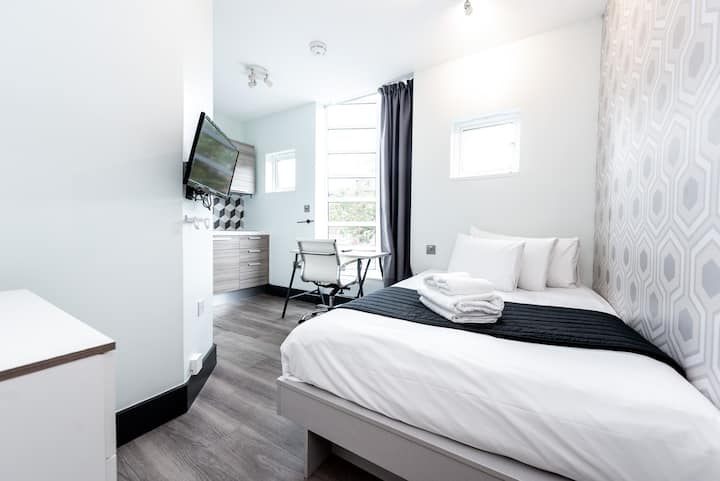 Studio with kitchenette and en-suite in Acton