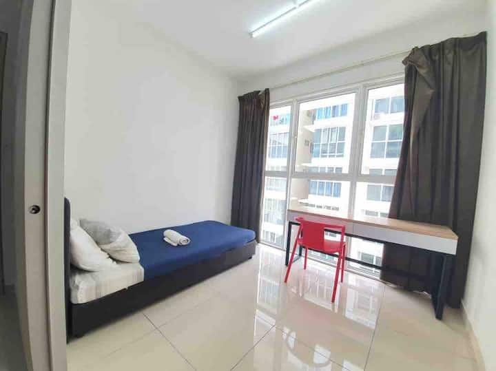 Private bedroom/ 5 mins to LRT Ara damansara