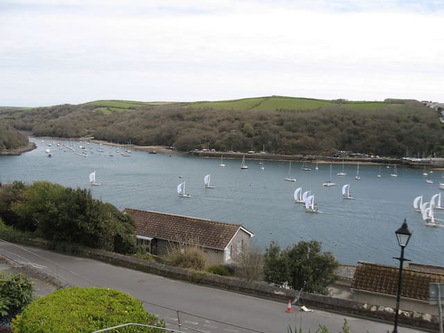 Spacious house with fabulous harbour and sea views - Fowey - Bed & Breakfast