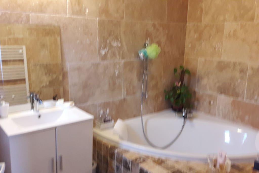 grand salle de bain avec baignoire duo pour moments complices