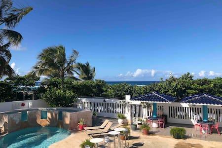 Getaway Beachfront Studio + Kitchen, Pool & WiFi