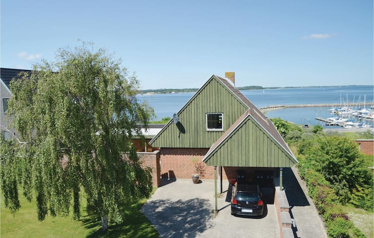 Holiday cottage with 3 bedrooms on 161m² in Farsø