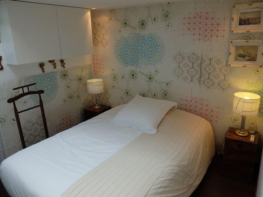 2 pi ces 42 m2 marais balcon et climatisation. Black Bedroom Furniture Sets. Home Design Ideas