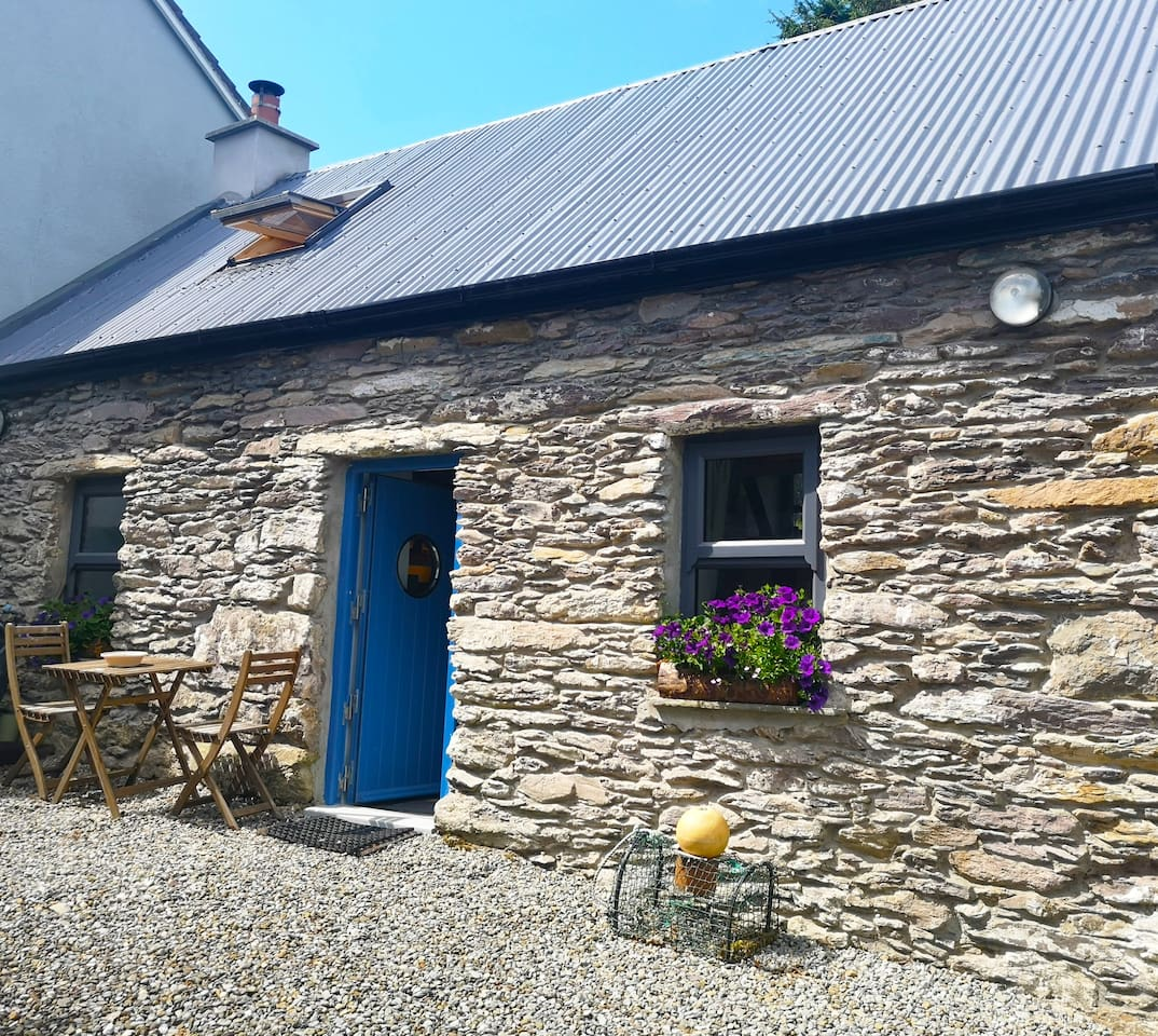 Fisherman's Farmhouse - 1 Bed Cottage (Sleeps 2) Only 2 min walk to Beautiful Sandy Beach. FREE WIFI