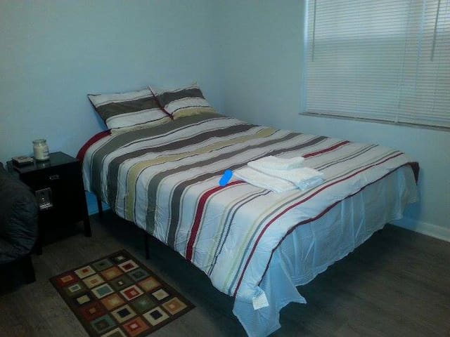 Large bedroom & private bath close to USF, Parks. - Tampa - Huis