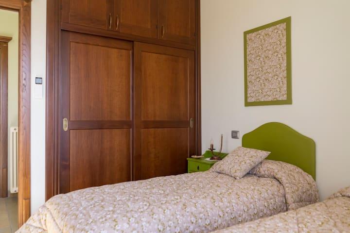 Camera doppia con letti singoli Double bedroom with two single beds
