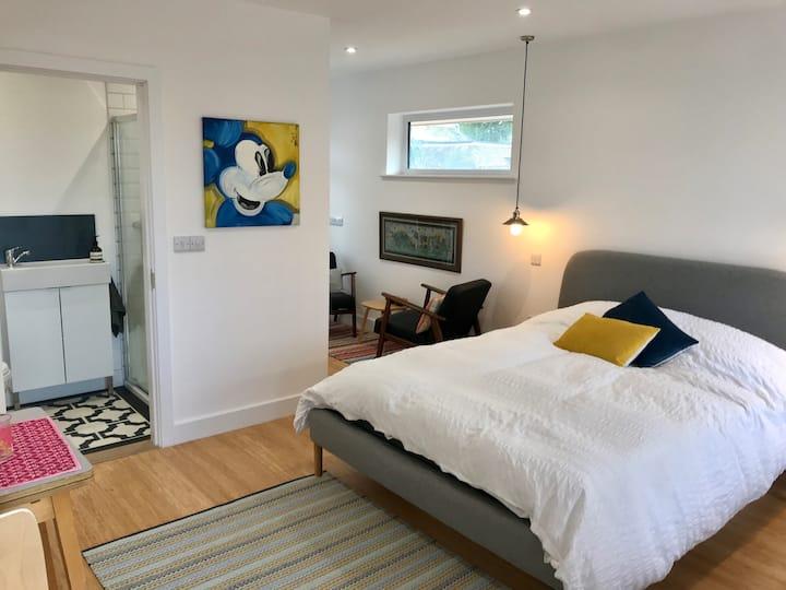 Bosham stylish en suite bedroom, self check in (A)