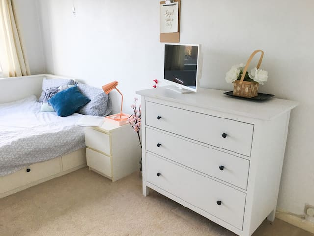 Private double room in spacious West London flat