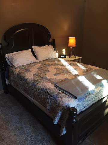 Bedroom with Queen Bed - Hollywood