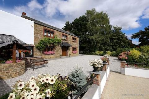 Charmantes Ferienhaus in Mettet mit Garten