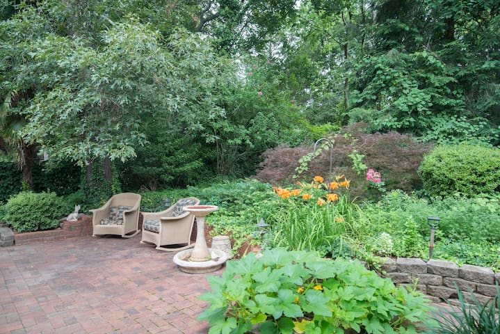 Southpark private room includes peaceful outdoors