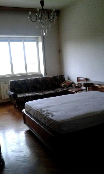 Camera matrimoniale, con grande letto e un divano-letto singolo