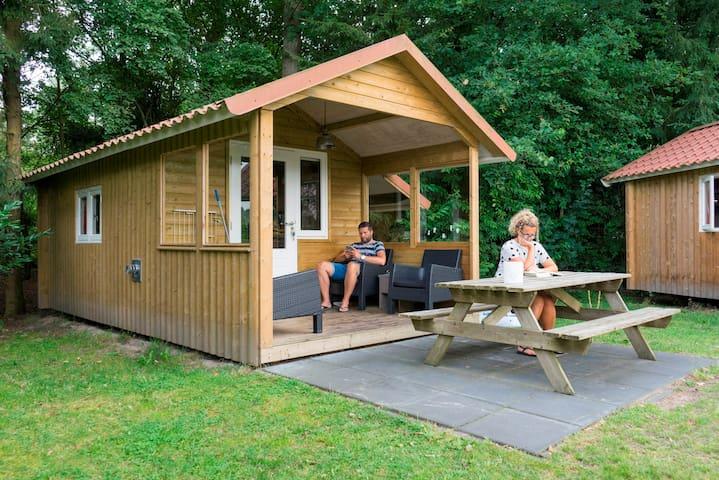 Luxe kampeerhut met veranda!