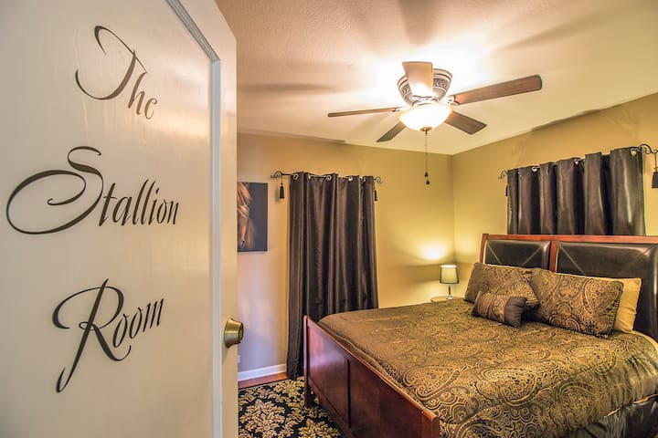 Foxtrot Inn B&B - The Stallion Room (Queen)