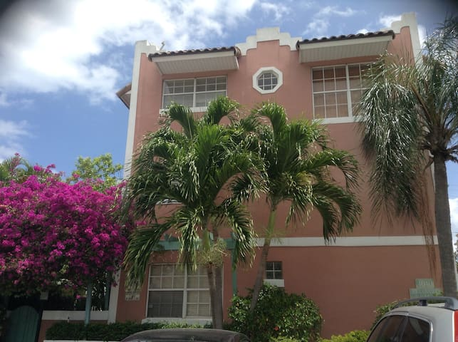 Fabulous townhouse block from beach - Lauderdale-by-the-Sea - House