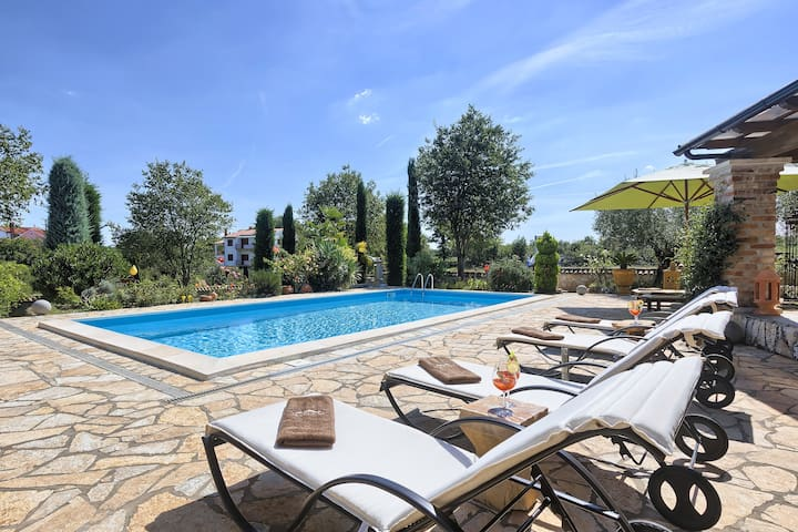 Private 3 bedroom villa with great garden and pool