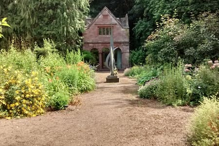 Quirky, romantic, rural cottage, with own garden