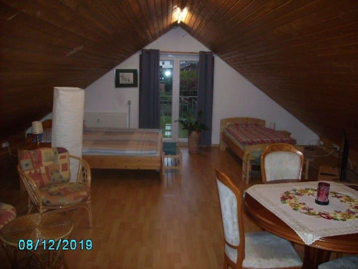 Großzügiges Zimmer unterm Dach