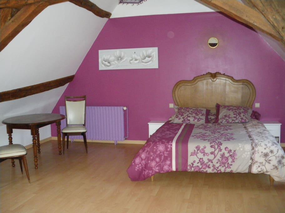 Chambre de 22 m2, au charme d'une belle charpente en chêne, sol parquet.