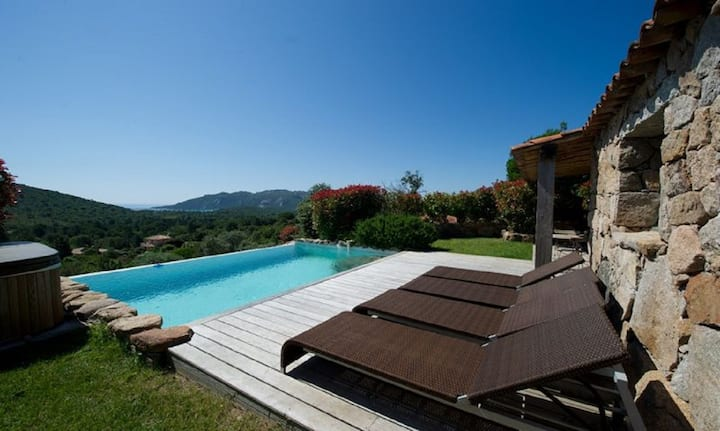 Magnificent sheepfold with heated swimming pool overlooking the bay of Santa Giulia