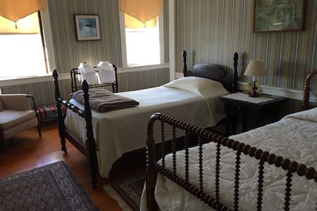 Highland House-Benjamin's Room - Tamworth