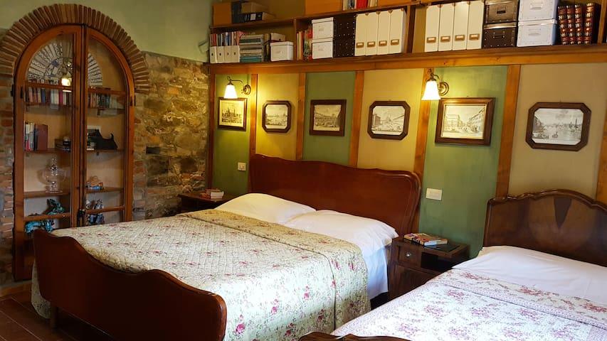 Apt. BRUNELLESCHI: Bedroom n. 1: double bed+single bed+ensuite bathroom
