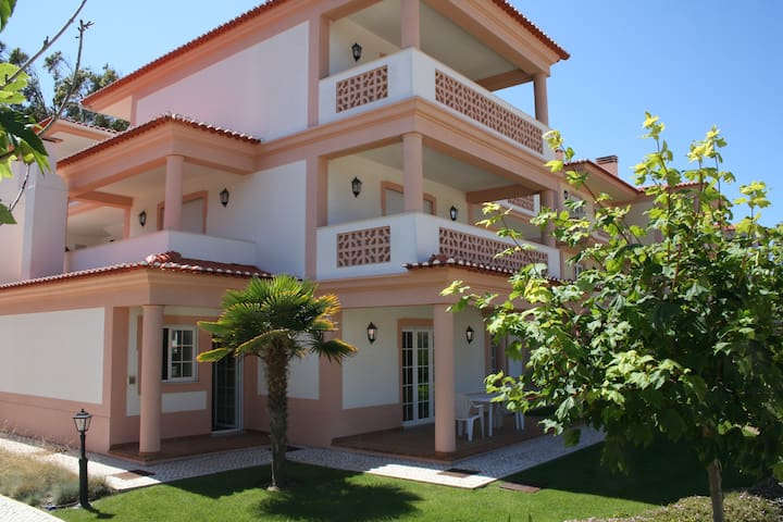 Fabulous 3 bd apartment w/garden in Praia d'el Rey