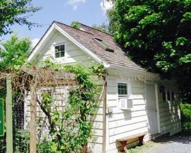 The Cottage at New Paltz (sister to The Farmhouse) - Guesthouse