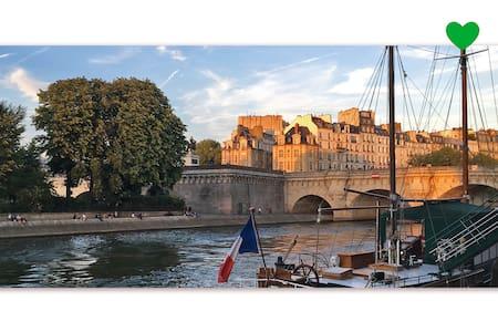 HEART OF PARIS  Romantic and quiet studio