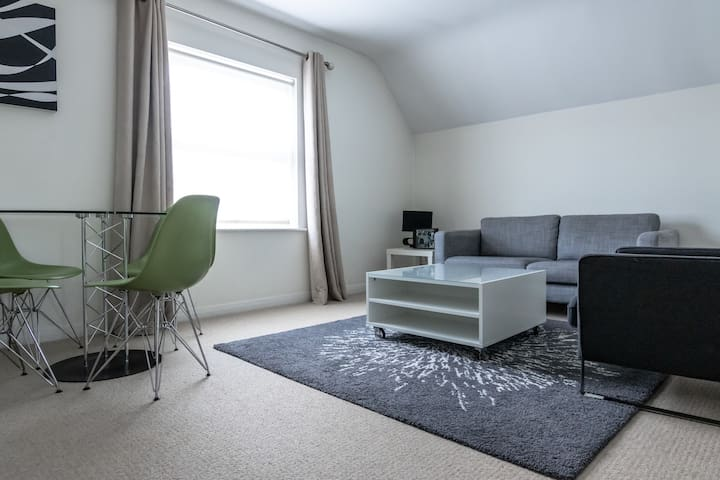 Beautiful one bed apartment next to Kew Gardens!