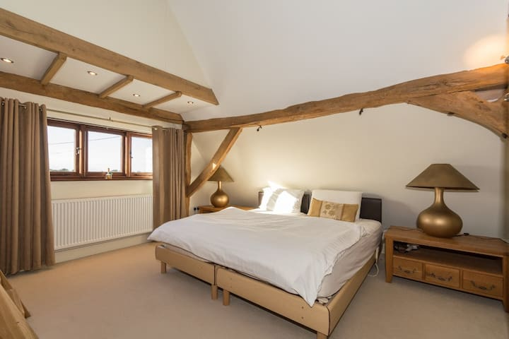 Character room in large barn conversion - Little Tey - Casa