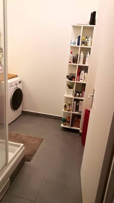 salle de douche avec lave linge séchant