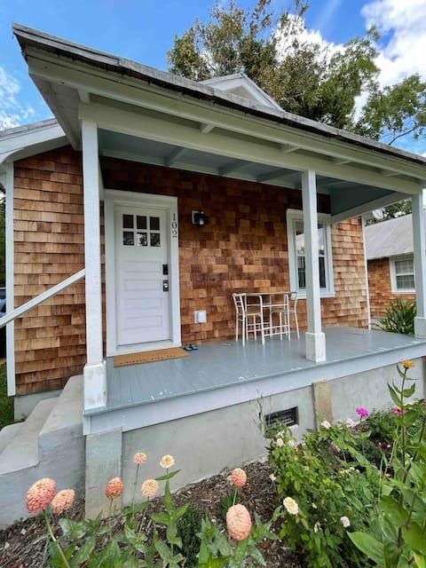 Cheerful 2-bedroom Edenton bungalow getaway