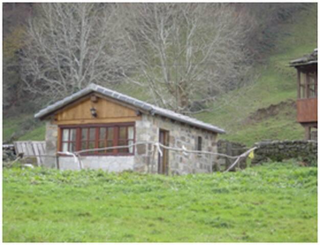 Pequeña cabaña junto al río - Yera