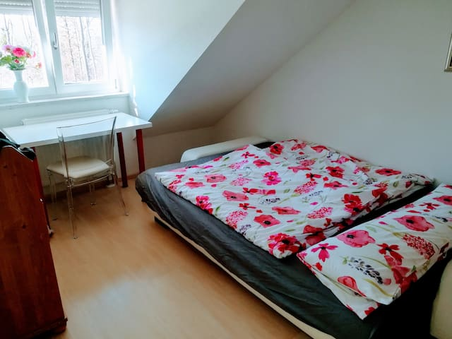 cosy rooftop room-near new fair Munich