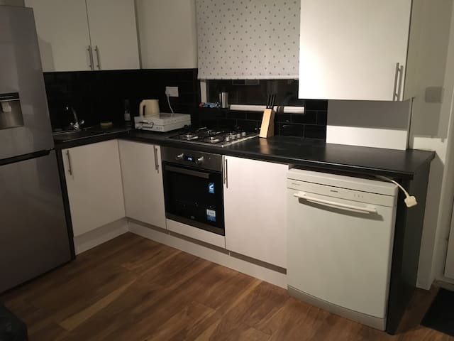 Rooms in Newly Refurbished House Near Leeds Centre