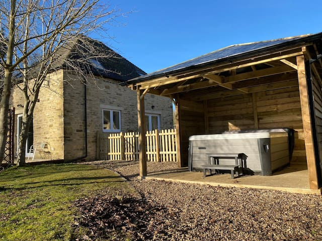 Cotswold stone lakeside house with hot tub (Heron)