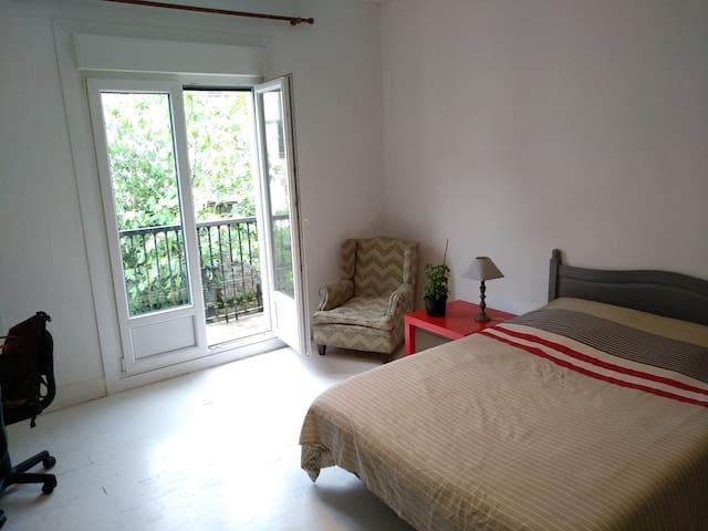 SPACIOUS BIG DOUBLE SUNNY ROOM IN GREAT VILLA!