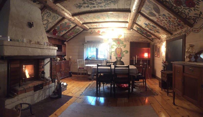 Unik timmerstuga från 1700-talet nära badsjö!