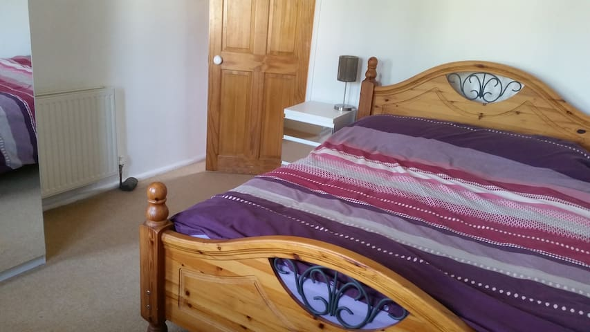 Comfy double room in clean bright lovely home