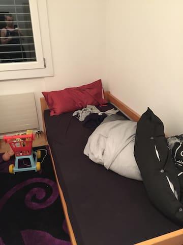 Zimmer 13m2 mit 2 Betten 90x 210 cm - Oensingen - Appartement