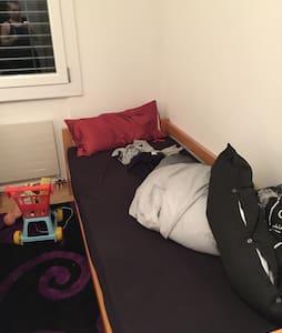 Zimmer 13m2 mit 2 Betten 90x 210 cm - Oensingen - Daire